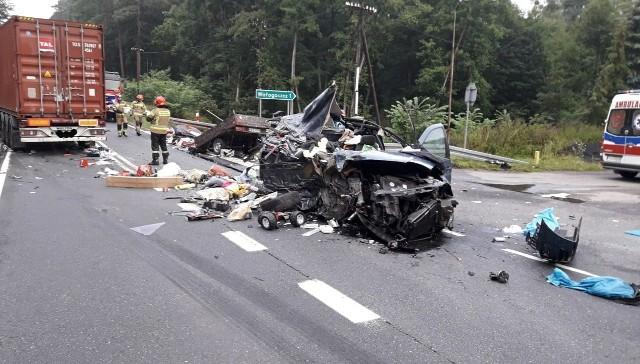 Osobowe auto po zderzeniu z ciężarówką