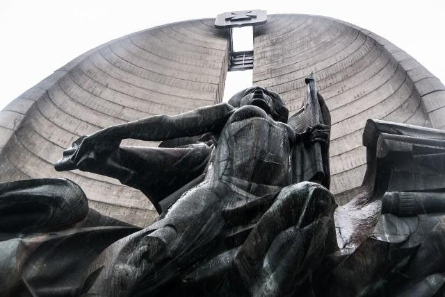 Czy Pomnik Czynu Rewolucyjnego, uważany przez większość mieszkańców miasta za jego symbol, powinien zostać wyburzony? Jakie działania należy podjąć w jego kwestii? A może warto pomyśleć o jego liftingu?ODPOWIEDZI KANDYDATÓW NA PREZYDENTA PREZENTUJEMY W KOLEJNOŚCI ALFABETYCZNEJ NA KOLEJNYCH ZDJĘCIACH