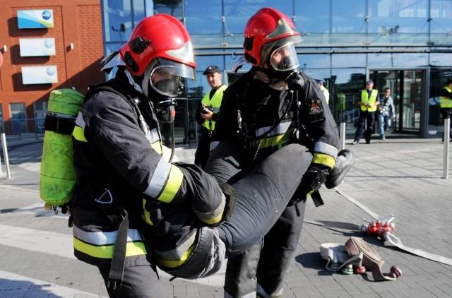 Akcja w zielonogórskim Focus Mall potrwała około godziny. Strażacy przećwiczyli też wynoszenie rannych i pomoc przedmedyczną.