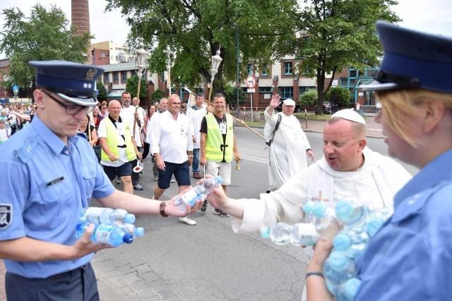 Pielgrzymi mogli liczyć na wodę od pracowników Aresztu Śledczego w Częstochowie