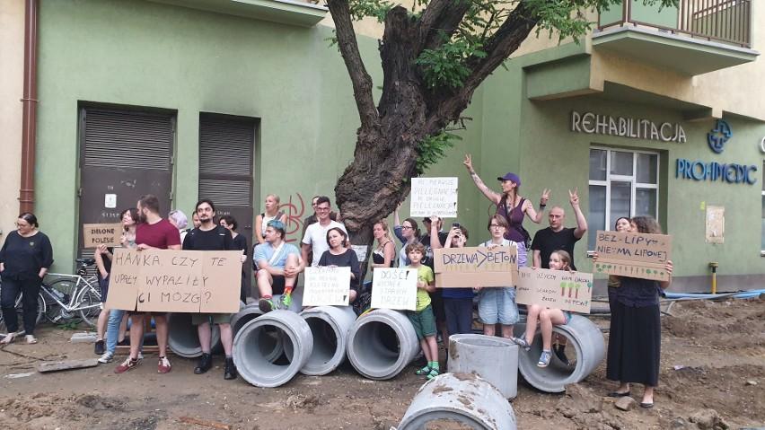 W obronie starej akacji protestowali mieszkańcy