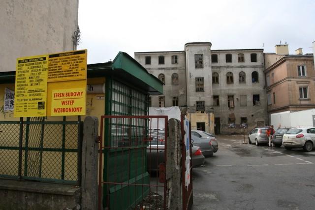 Zniknie paskudne podwórko od strony ulicy Leonarda, stanie na nim nowy budynek.