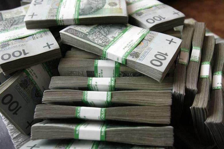 """Tygodnik """"Wprost"""" opublikował ranking 100 najbogatszych Polaków. By znaleźć się w tym elitarnym gronie trzeba było zgromadzić minimum 400 mln złotych. W 2020 roku nastąpiły pewne przetasowania. Przygotowaliśmy dla was zestawienie pierwszej dziesiątki. Sprawdź, ile wynoszą majątki najbogatszych. Zobacz zdjęcia na kolejnych slajdach"""