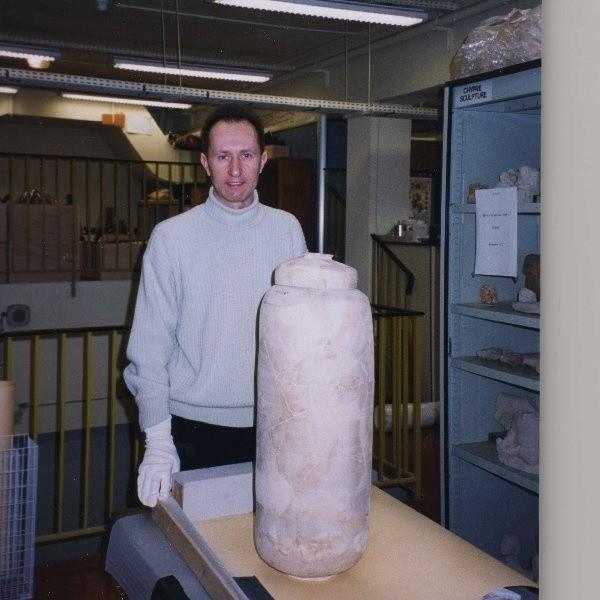 Dariusz Dlugosz przed naczyniem do przechowywania zwojow z Qumran.