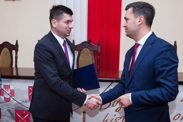 Marszałek Łukasz Smółka i burmistrz Miechowa Dariusz Marczewski