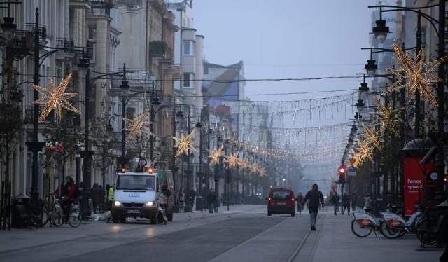Rozwieszanie światełek na całej długości ulicypotrwa tydzień.