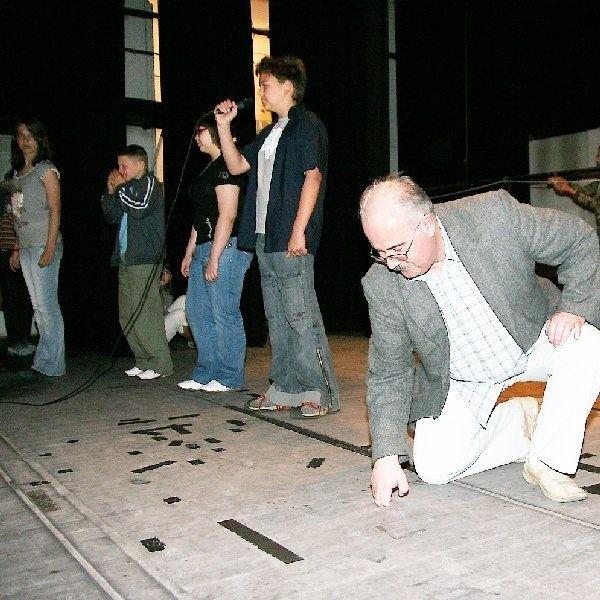 Remont placówki jest pilnie potrzebny.  Dyrektor Jan Polak pokazuje dziury w  scenie.