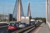 Utrudnienia na dużym skrzyżowaniu. Zakorkowany most Milenijny