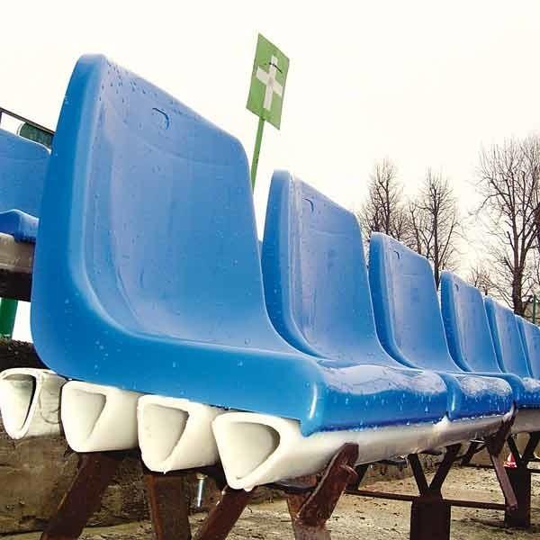 Wiele z nowych krzesełek na stadionie stali przykręcono krzywo. Do montażu przyłożono się jedynie na trybunie dla VIP-ów