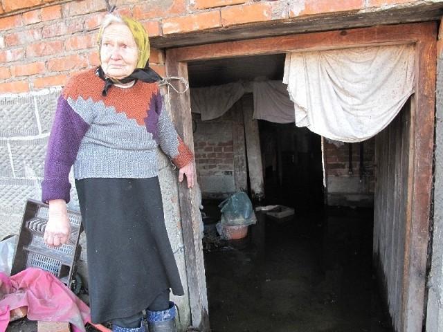 Mieszkańcy Krzemienicy czują się bezradni. Woda z pobliskiego potoku, przedziera się na ich podwórka i wlewa do piwnic.