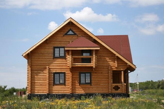 Drewno budowlane musi spełniać rygorystyczne normy bezpieczeństwa pożarowego, dlatego często jest poddawane obróbce mechanicznej i chemicznej ograniczającej palność. Szczególnie słabo pali się drewno klejone warstwowo. Dom drewniany oczywiście może paść ofiarą pożaru, jednak to samo dotyczy domów murowanych.Jak wykazał przeprowadzony w 2020 r. eksperyment pożarowy w Pionkach, szalejący w domu drewnianym pożar nie wydostał się z pomieszczenia, gdzie go wywołano i nie spowodował zawalenia się stropu. Dodatkowo dobra izolacyjność drewnianych ścian sprawiła, że w sąsiednich pomieszczeniach panowała stosunkowo niska temperatura umożliwiająca akcję ratunkową.