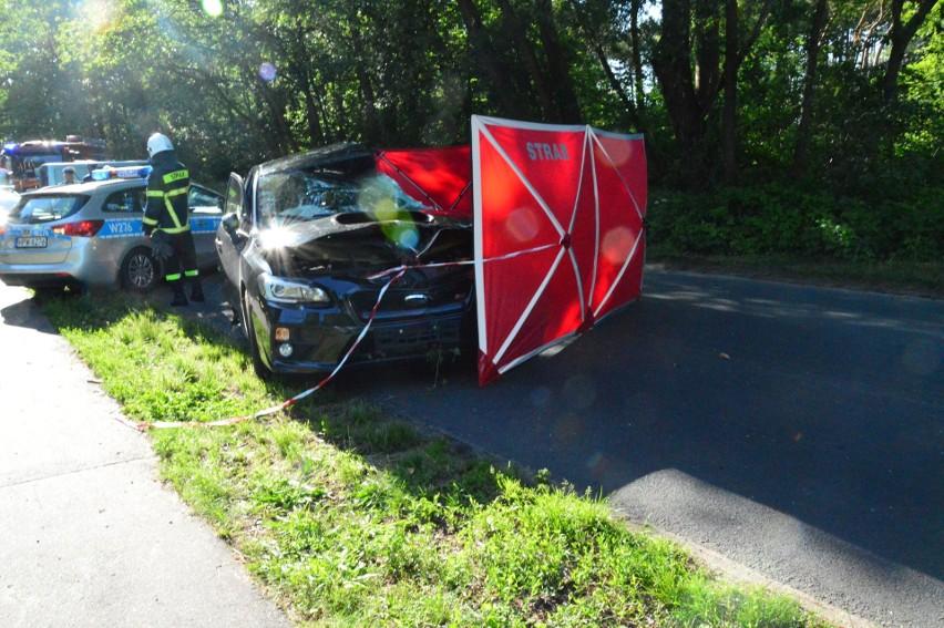Do zdarzenia doszło około godziny 17 na drodze z Mielna - Unieście do Łaz. Kobieta, która kierowała samochodem, zginęła. Kierująca subaru jechała w stronę Łaz. Na zakręcie straciła panowanie nad autem, zjechała na przeciwny pas ruchu i uderzyła w drzewo. 42-latka, mimo reanimacji, zmarła na miejscu.