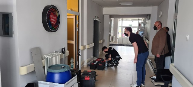 Specjalna bramka odkażająca została zainstalowana w szpitalu powiatowym w Kłobucku Zobacz kolejne zdjęcia. Przesuwaj zdjęcia w prawo - naciśnij strzałkę lub przycisk NASTĘPNE