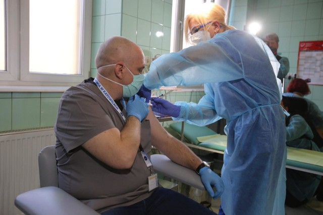 Pierwsze szczepienia w Polsce odbyły się 27 grudnia 2021 roku