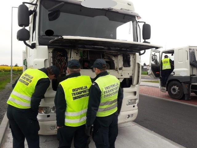 Inspektorzy wszczęli dziewięć postępowań administracyjnych na łączną kwotę 55 450 zł, zatrzymali też dwa dowody rejestracyjne. Z kolei na kierowców nałożonych zostało pięć mandatów na łączną kwotę 6 350 zł.