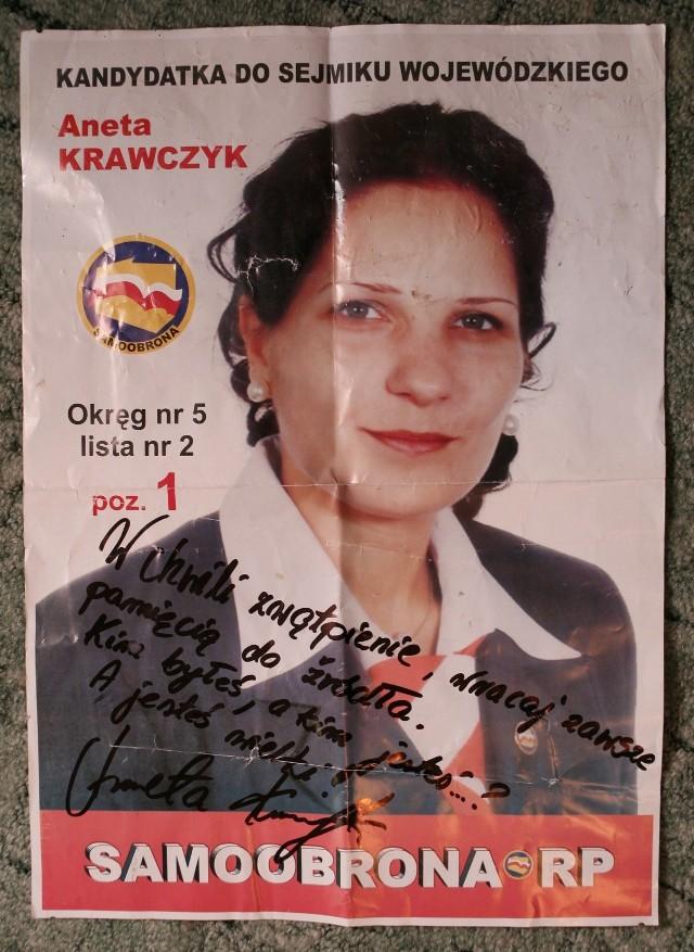 """Seks afera (2006)Aferę opisano w artykule Praca za seks w Samoobronie w """"Gazecie Wyborczej"""" z 4 grudnia 2006. W artykule autorstwa Marcina Kąckiego Aneta Krawczyk, pracownica biura poselskiego w partii Samoobrona opisywała kulisy działania lokalnych przedstawicieli partii, którzy oferowali zatrudnienie w biurze poselskim w zamian za korzyści seksualne, a pracujący tam poseł Stanisław Łyżwiński miał uzależniać od tego także wypłacenie pensji pracownicy biura. W aferę zamieszany był także szef samoobrony Andrzej Lepper. Łyżwiński został skazany na 5 lat więzienia za zgwałcenie kobiety i wykorzystywanie seksualne działaczek Samoobrony, a Lepper na 2 lata i 3 miesiące za żądanie i przyjmowanie od nich korzyści seksualnych."""
