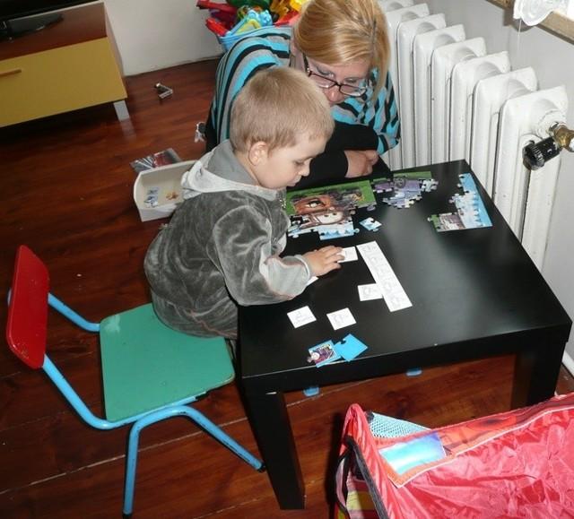 Oprócz terapii Marcelek codzienni wykonuje z mamą rożne ćwiczenia. – Synek potrafi zrobić zadania, które wykonują ośmiolatki – mówi pani Iwona.