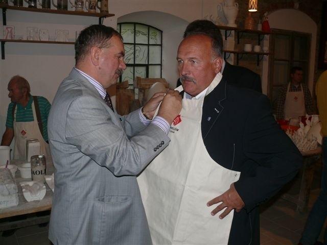 Właściciel Fabryki AS Adam Spała przygotowuje Zbigniewa Pacelta do pracy odlewaniu figurek.