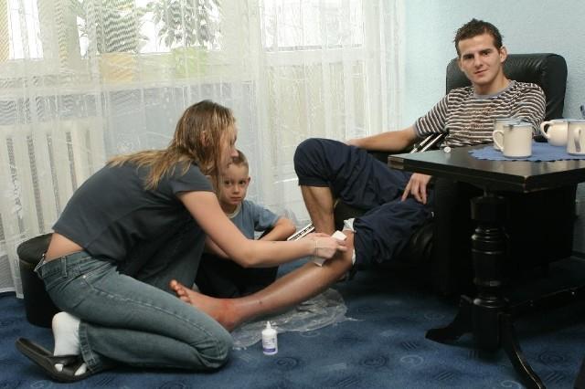- Teraz mam w domu dwoje dzieci, syna i męża - śmieje się Magdalena Prusak zmieniając opatrunek. - Muszę przyznać, że żona doskonale spisuje się w roli pielęgniarki. Fachowo zmienia opatrunki, robi zastrzyki - dodaje Sergiusz.