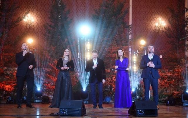 22. Koncert Noworoczny zadedykowano medykom. To przede wszystkim z myślą o nich zaśpiewali (od lewej): Andrzej Lampert, Anna Lasota, Jacek Wójcicki, Beata Rybotycka i Kuba Badach