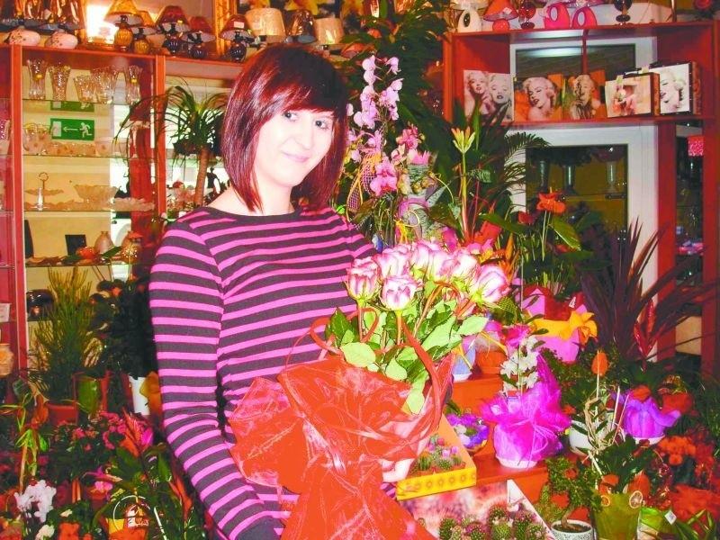 – Każda z nas lubi dostawać kwiaty. Bez różnicy, czy jest to jeden kwiatek, czy taki bukiet. – uważa Monika Kućmierz z ełckiej kwiaciarni Sukursja.