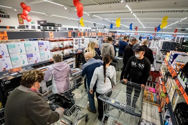 Takich okazji dawno nie było! Przejrzeliśmy gazetki promocyjne kilku sklepów, by wybrać dla Was najciekawsze oferty. Trudno w to uwierzyć, ale supermarkety obniżyły ceny swoich produktów nie tylko o 20 czy 30 proc., lecz nawet o 60 proc. W niektórych sklepach, kupując dwa produkty, za drugi zapłacicie zaledwie złotówkę. To prawdziwy hit! Zebraliśmy dla Was najciekawsze, aktualne promocje w jednym artykule. Taniej kupicie mięso oraz wędlinę, owoce, masło, mleko, kawę i wiele innych. Zobaczcie, gdzie czekają na Was najciekawsze rabaty. Obniżki przygotowały takie sklepy jak Lidl, Biedronka, Auchan, Kaufland, POLOmarket i Netto. WIĘCEJ NA KOLEJNYCH STRONACH>>>