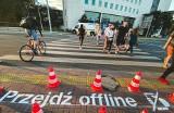 W Poznaniu namalowano nowe napisy przy przejściu dla pieszych. Ma to uchronić przed wypadkiem, ale też mandatem