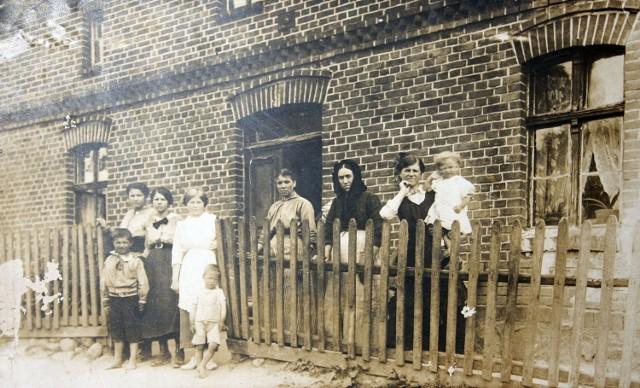 Ignacy Löschmann, ojciec Andrzeja  (pierwszy z lewej), z krewnymi przed nowo wybudowanym domem, Wolental, ok. 1900 r.