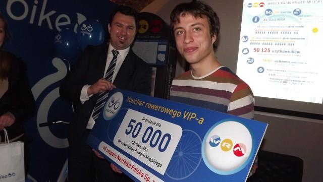 Tomasz Wojtkiewicz gratuluje 50-tysięcznemu użytkonikowi Wrocławskiego Roweru Miejskiego