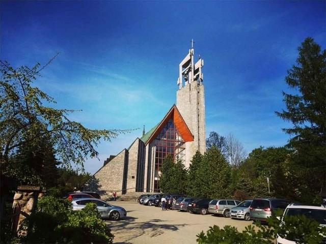 1. Kościół parafialny pw. Świętego Krzyża. To największa świątynia w Zakopanem. Wg. naszych obliczeń ma aż 1450 metrów kwadratowych na głównej kondygnacji. To oznacza, że zgodnie z nowymi przepisami jednorazowo będzie mogło tu wejść na modlitwę  aż 96 osób!