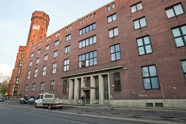 Być może już dziś dowiemy się jakich kar zażąda prokuratura w procesie dwóch mężczyzn oskarżonych o zbrodnię miłoszycką. To ta, za którą  18 lat niewinnie przesiedział w więzieniu Tomasz Komenda. Teraz śledczy są pewni, że postawili przed sądem właściwych sprawców okrutnego przestępstwa, do którego doszło w noc sylwestrową 1996/1997, podczas dyskoteki w Miłoszycach koło Wrocławia. Oskarżeni Ireneusz M. i Norbert Basiura [wyraził zgodę na publikację nazwiska i wizerunku – M.R.] nie przyznają się do winy. Jakie argumenty ma prokuratura? Czy są wystarczające by udowodnić , że obaj są mordercami? Co wiemy a czego ciągle nie wiemy o tej strasznej zbrodni? Zobacz na kolejnych slajdach. Poruszaj się po galerii przy pomocy strzałek lub gestów na telefonie komórkowym.