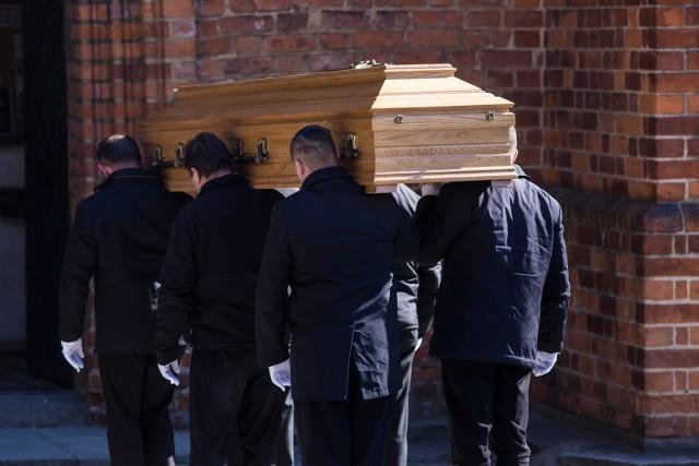 Pracownicy zakładów pogrzebowych muszą być wyposażeni w odpowiednie środki ochrony osobistej oraz przeszkoleni w postępowaniu z ciałem zmarłego na koronawirusa.