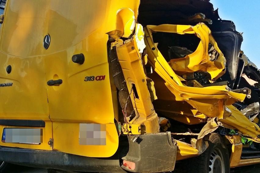 Śmiertelny wypadek busa w Wiźnie na DK 64