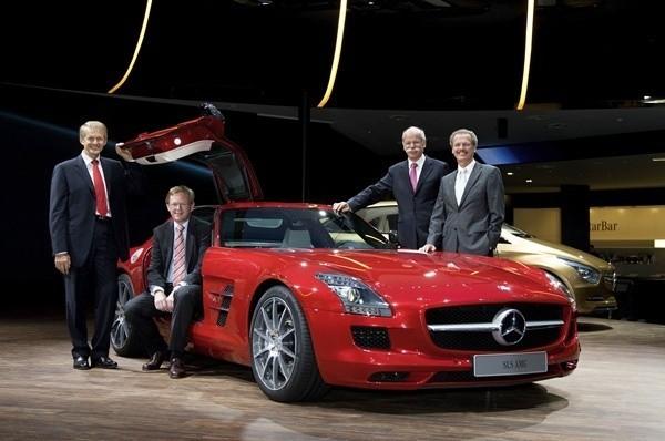 """Mercedesem AMG SLS chwaliła sie cała """"wierchuszka"""" firmy"""