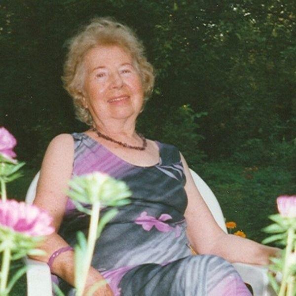 Lato 2000. Pani Zofia w swoim ogrodzie na Zasaniu.