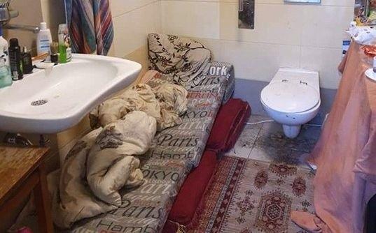 Wc Obok łóżka I Skrajna Nędza Kościelny Mieszka W Toalecie