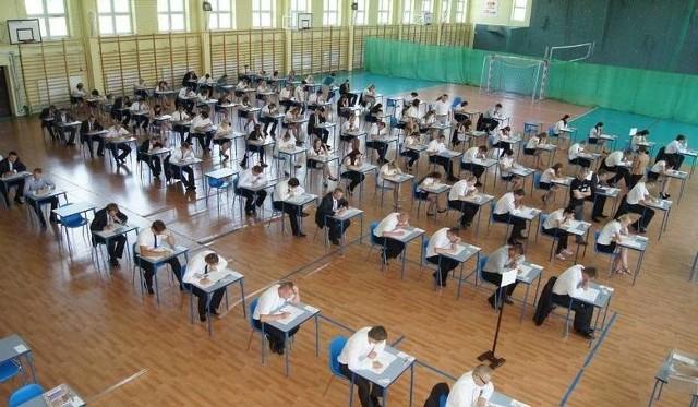 W Zespole Szkół numer 2 imienia Ludwika Skowyry w Przysusze w środę maturzyści pisali maturę z matematyki.