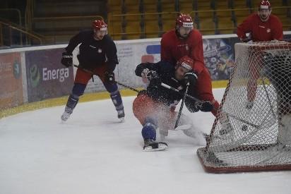 97b42c760bc7d zobacz galerię (16 zdjęć). W niedzielę odmłodzona reprezentacja Polski  rozpoczęła w Tallinie mistrzostwa świata grupy Dywizji IB w hokeju na lodzie .