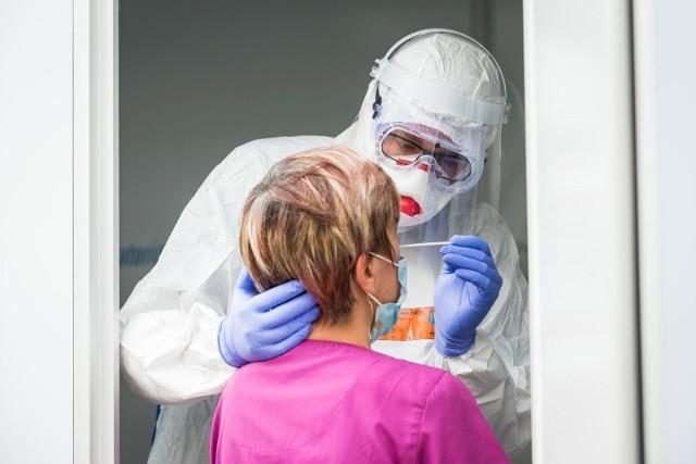 """Przyszpitalna podstawówka, podlegająca władzom Łodzi i służąca małym pacjentom, opublikowała apel do """"dobrej duszyczki"""", która mogłaby sfinansować jej nauczycielom testy wykrywające koronawirusa. """"Bez nich nie możemy wchodzić na oddziały pediatryczne i bezpośrednio pracować z uczniami"""" – napisali pracownicy SP nr 146. >>> Czytaj dalej na kolejnym slajdzie >>>"""