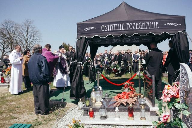 Rodzina, najbliżsi, przyjaciele, koledzy z toru, kibice - pożegnali dziś Bartosza Bietrackiego. Były żużlowiec Polonii Bydgoszcz, potem mechanik odszedł w ubiegłym tygodniu w wieku zaledwie 22 lat.  Pogrzeb odbył się na cmentarzu parafii św. Katarzyny w Rynarzewie. CZEŚĆ JEGO PAMIĘCI