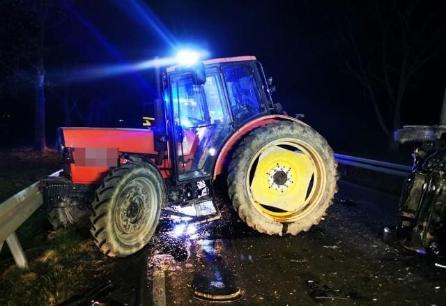 Wierzbiec. Zderzenie dwóch samochodów osobowych z ciągnikiem na drodze krajowej nr 40 na trasie Głuchołazy-Prudnik. Dwie osoby ranne