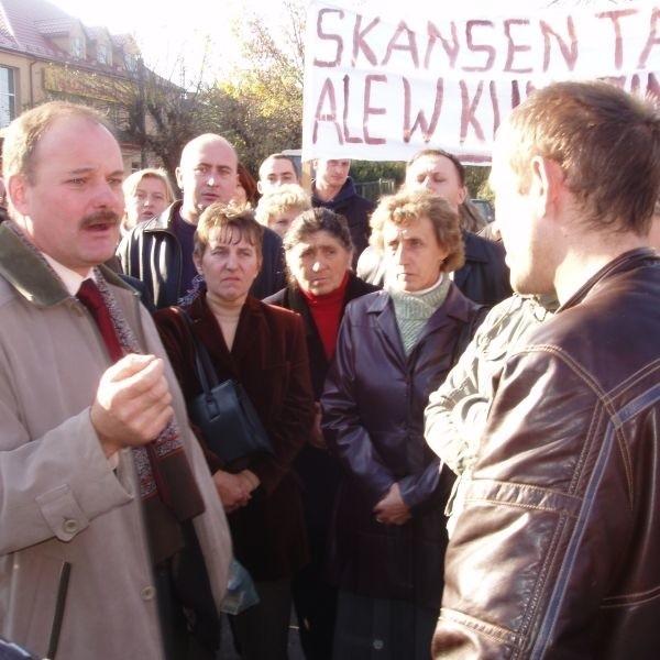 Do rolników zgromadzonych przed Urzędem Miejskim wyszedł burmistrz Stanisław Małachwiej (z lewej). Przekonywał, że na powołaniu zespołu krajobrazowego