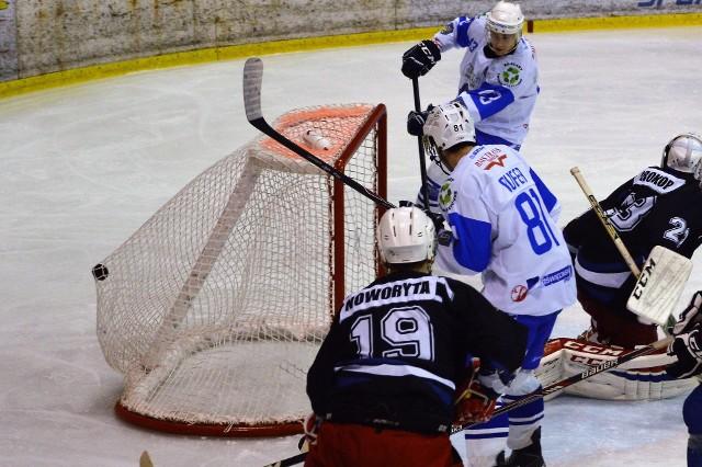 Tak Ondrzej Kasperlik (wyżej) zdobył dziesiątą bramkę dla Unii Oświęcim w jej meczu przeciwko SMS PZHL Katowice. Ostatecznie oświęcimianie wygrali 12:1.