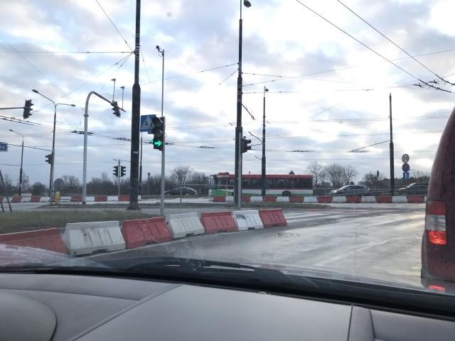 Zły stan techniczny mostu po stronie ul. Zamojskiej. Wygrodzony został skrajny lewy pas ruchu