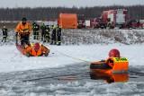 Strażacy ćwiczyli na zamarzniętym zbiorniku