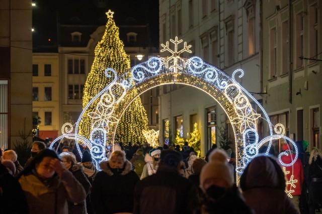 Bydgoszcz w świątecznych iluminacjach. Na Starym Rynku 6 grudnia oficjalnie zapalono lampki choinki. Wszyscy zgodnie przyznają - jest pięknie!