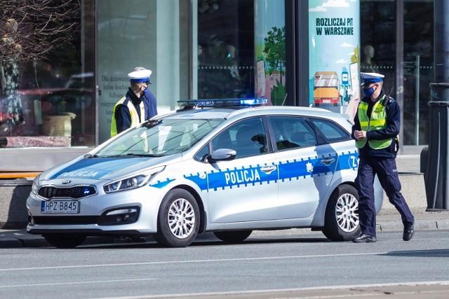 Patrol ruchu drogowego bydgoskiej komendy zatrzymał kierowcę podejrzanego o wręczenie łapówki. Do zdarzenia doszło bezpośrednio po tym, jak funkcjonariusze zatrzymali go do kontroli, ponieważ jechał bez zapiętych pasów bezpieczeństwa, a do tego rozmawiał przez telefon trzymany w ręce. 58-latek dając dowód rejestracyjny od pojazdu do kontroli włożył do niego 500 złotych za odstąpienie od czynności służbowych. Zdjęcie ilustracyjne.