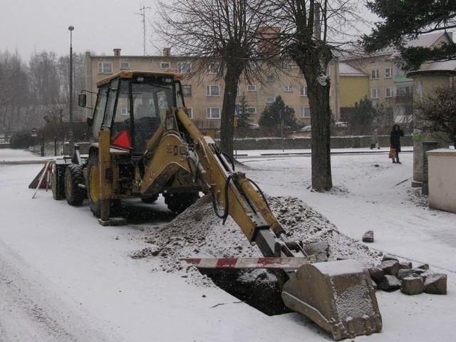 Wczoraj naprawiano awarię wodociągu przy miasteckim przedszkolu.