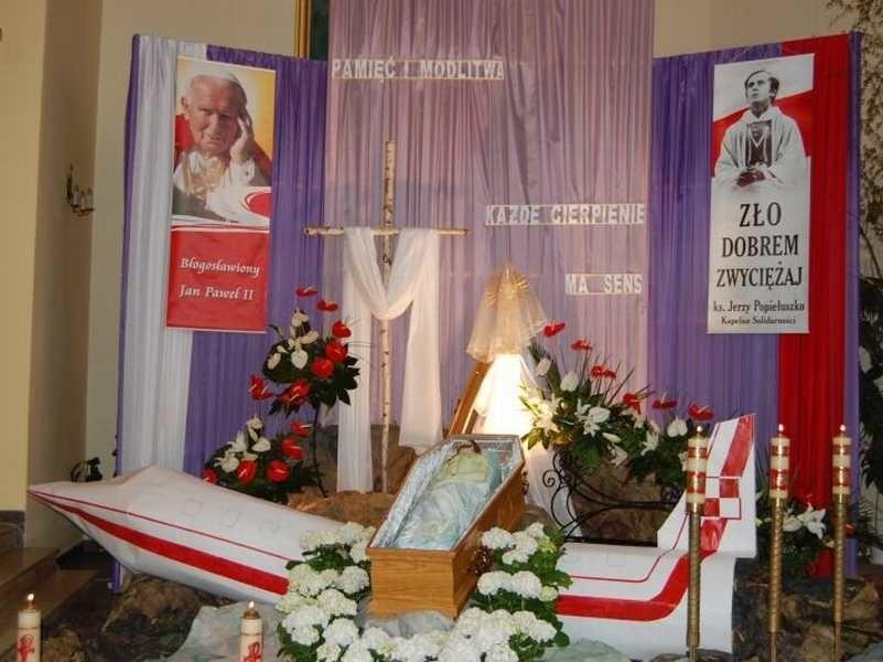 W kościele pod wezwaniem świętego Brata Alberta w Skarżysku jednym z elementów Grobu Pańskiego był samolot Tupolew, przez co przypomniano o katastrofie smoleńskiej.