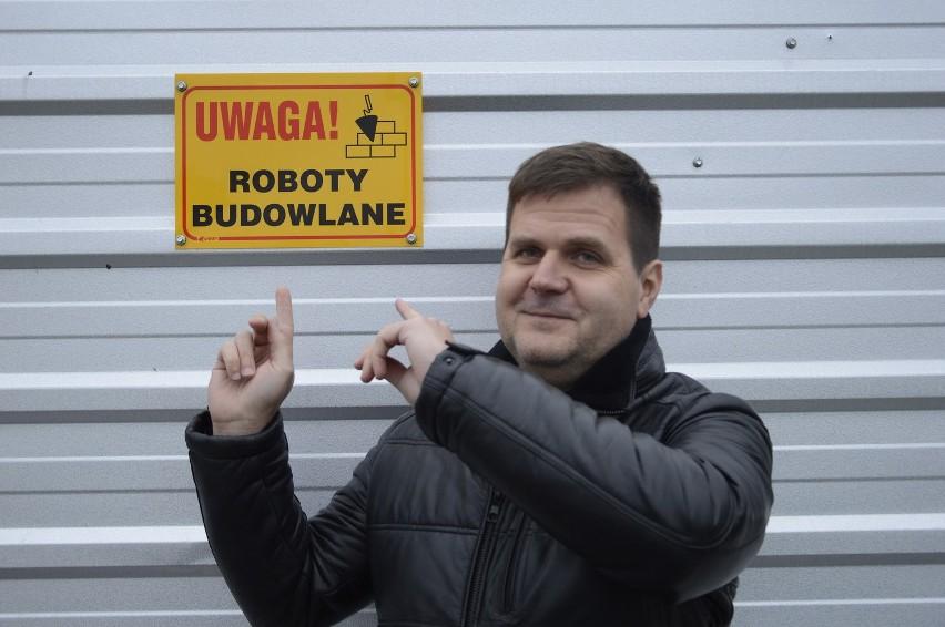 Krzysztof Grzegorzewski. W tle: przebudowa dawnej Centrali Rybnej